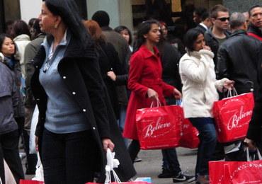 Alarmujący raport: Kobiety płacą więcej za te same produkty niż mężczyźni