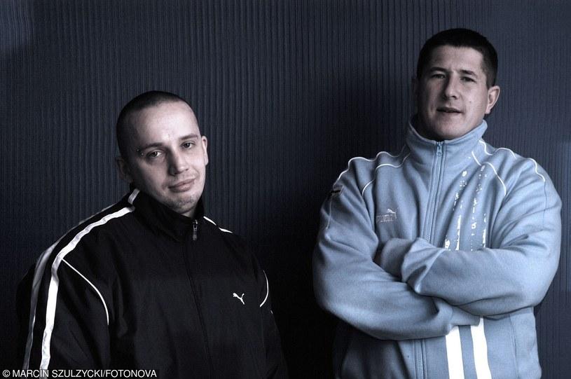 Peja na swojej oficjalnej stronie internetowej poinformował, że jego drogi z DJ-em Decksem się rozeszły. Raper nie chce niczego wyrokować, ale bardzo możliwe, że oznacza to koniec działalności Slums Attack.