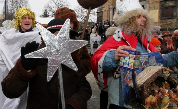 Wizytę tradycyjnych kolędników można zamówić do domu w Łodzi. Zainteresowanie jest duże, ale jeszcze kilka godzin w Święto Trzech Króli jest wolnych. A prawdziwi kolędnicy nie tylko się pokażą, ale też zaśpiewają z przytupem - tak jak robiło się to kiedyś w podłódzkich wsiach.
