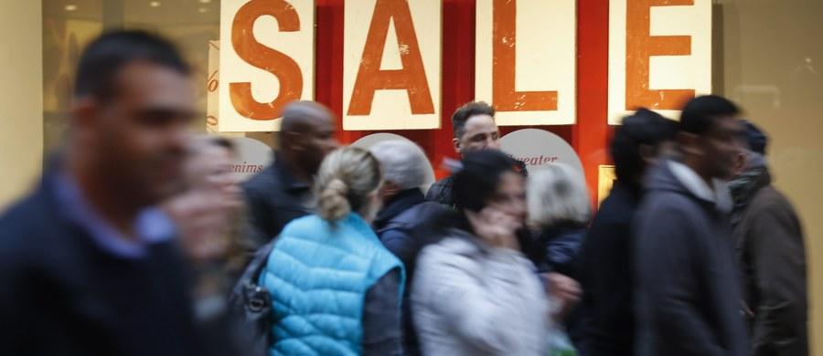 W Rzymie, gdzie w związku z Rokiem Miłosierdzia obowiązują nadzwyczajne środki bezpieczeństwa, zostały one jeszcze zaostrzone z powodu zaczynających się zimowych wyprzedaży. Zadowoleni są handlowcy, którzy mają nadzieję, że przyciągnie to klientów.