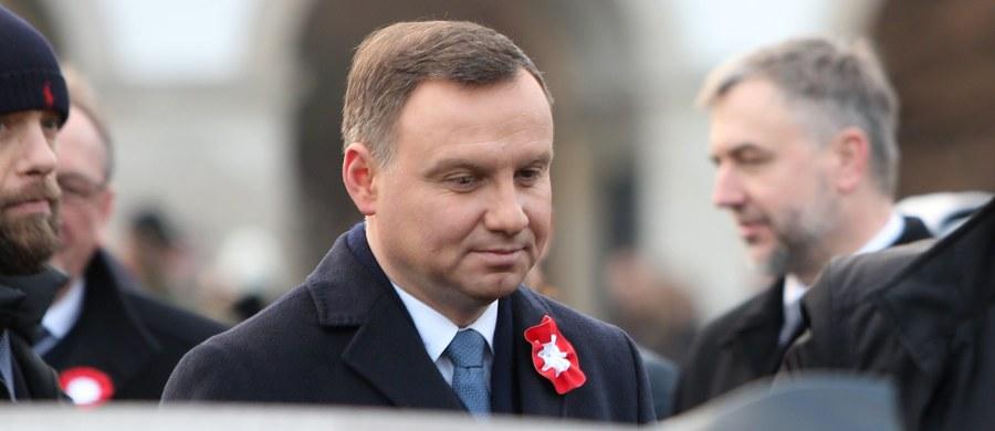 Przekonywanie, że dotychczasowi polscy prezydenci umieli jakoś szczególnie wysoko wznieść ponad swe partyjne i polityczne sympatie, byłoby tezą obłudną i niełatwą do obronienia. Mam jednak wrażenie, że i Aleksander Kwaśniewski, i Lech Kaczyński, i Bronisław Komorowski starali się przynajmniej stwarzać pozory, że potrafią odłożyć partyjne legitymacje do szuflady i wziąć pod uwagę opinię innych – niż własne – środowisk politycznych. Andrzej Duda postanowił pójść zupełnie inną ścieżką…
