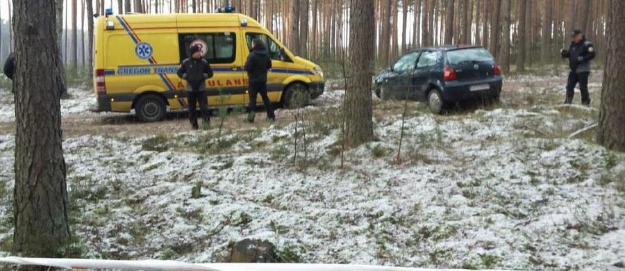 W szpitalu zmarła 68-latka, której od niedzielnego wieczora szukano w okolicach Starogardu Gdańskiego - dowiedział się nieoficjalnie reporter RMF FM Kuba Kaługa. Dziś kobietę udało się odnaleźć - w środku Borów Tucholskich. Żyła, ale nie było z nią kontaktu. Wyziębiona trafiła do szpitala.