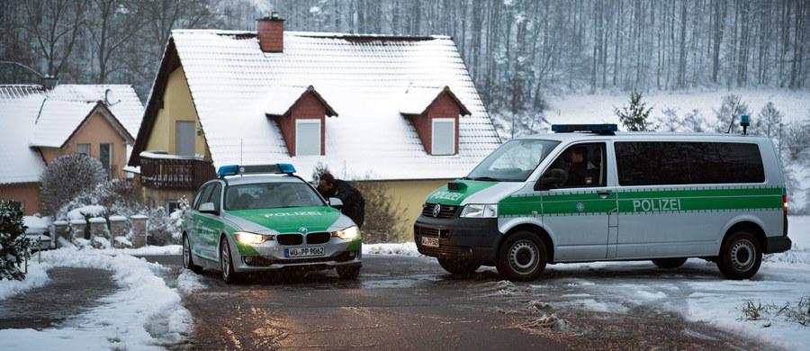 50-osobowy zespół śledczych zajmuje się sprawą tajemniczej śmierci 11-letniej dziewczynki, która zginęła w noc sylwestrową w miejscowości Oberaurach w Bawarii. Dziecko zostało postrzelone w głowę. Na razie nie wiadomo, kto jest sprawcą i dlaczego strzelał w kierunku 11-letniej Janiny.