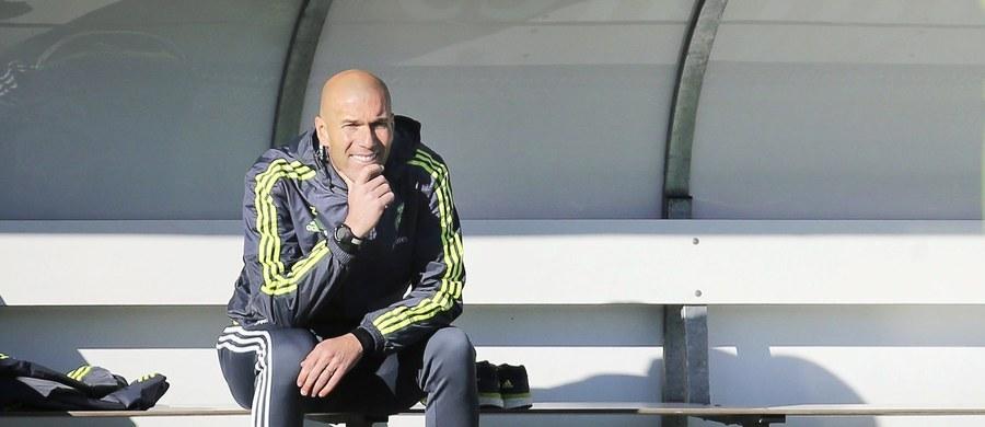 Kilka tysięcy fanów przyszło na pierwszy trening piłkarzy Realu pod wodzą Zinedine'a Zidane'a. Francuz w poniedziałek zastąpił na stanowisku szkoleniowca Rafaela Beniteza i ma być madrycką wersją barcelońskiego Josepa Guardioli.