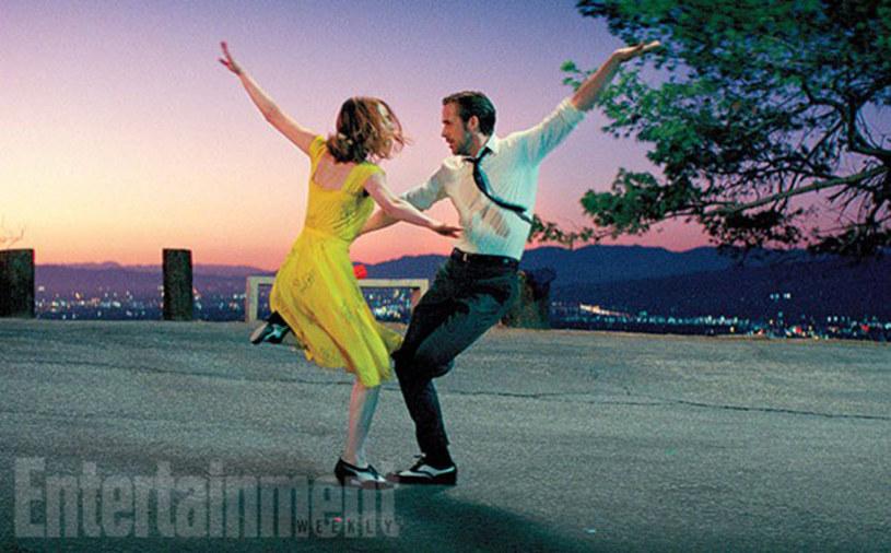 """Pojawił się pierwszy fotos z filmu """"La La Land"""" - nowego obrazu Damiena Chazelle'a (""""Whiplash""""), na którym widzimy roztańczone gwiazdy obrazu: Emmę Stone i Ryana Goslinga"""