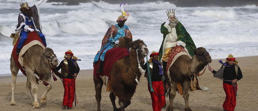 """Obchodzone 6 stycznia święto Trzech Króli to zwyczajowa nazwa święta Objawienia Pańskiego. Jego symbolem jest opisana w Ewangelii świętego Mateusza historia przybycia do Betlejem, gdzie narodził się Jezus, trzech mędrców i obcokrajowców - Kacpra, Melchiora i Baltazara. """"Przyjmujemy tu liczbę trzech królów, ale wiele opracowań i legend mówi o sześciu a nawet dwunastu mędrcach. Liczba trzy kojarzona jest oczywiście z trzema darami: złotem, mirrą i kadzidłem. Każdy z nich ma swoją symbolikę"""" - mówi w rozmowie z RMF FM franciszkanin Eryk Hoppe. 6 stycznia mamy jedno z pierwszych świąt, które w swojej historii ustanowił Kościół. Obchody święta Trzech Króli mają uczcić pojawienie się i obecność Boga w historii człowieka."""