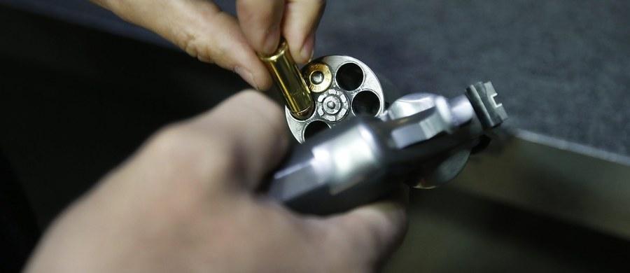 Prezydent Barack Obama ogłosił wprowadzenie regulacji ograniczających dostęp do broni palnej. Mają one charakter administracyjny i nie wymagają zgody Kongresu. Prezydent wskazał, że nie liczy na zmianę prawa, ale chce większej kontroli rynku broni.