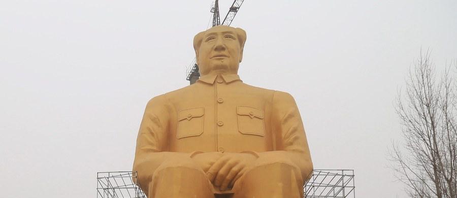 Mierzącą 37 metrów wysokości statuę Mao Zedonga wybudowano w prowincji Hunan w środkowych Chinach - podały chińskie portale informacyjne. Posąg stanął w szczerym polu.