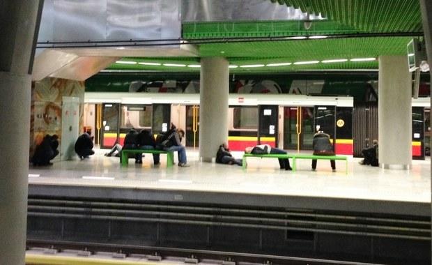 """Ponad godzinę opóźnienia miał ekspres """"Tatry"""" jadący z Warszawy do Krakowa. Jak się dowiedział reporter RMF FM, pociąg miał problemy przy wyjeździe ze stolicy – na jednym z torów pękła szyna."""