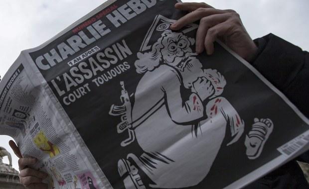 """We Francji kontrowersje wokół rocznicowego numeru sławnego tygodnika satyrycznego """"Charlie Hebdo"""". Ukazał się on w środę aż w milionowym nakładzie – dzień przed rocznicą krwawego ataku islamskich terrorystów na paryską redakcję tego pisma. W zamachu na siedzibę Charlie Hebdo 7 stycznia ubiegłego roku zginęło 12 osób."""