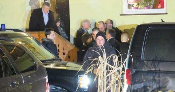 """""""Była to dobra i długa rozmowa"""" - tak jeden z uczestników spotkania Jarosława Kaczyńskiego z premierem Węgier Viktorem Obranem podsumowuje rozmowy obu polityków. Wciąż żadnych oficjalnych komentarzy w tej sprawie nie ma. Prezes Prawa i Sprawiedliwości spotkał się z szefem węgierskiego rządu w niewielkim pensjonacie w Niedzicy na południu Polski. Panowie rozmawiali przez prawie sześć godzin. Joachim Brudziński przed godziną 18 w środę napisał na Twitterze: """"Nikt z nas dzisiaj rano nie przypuszczał, że to spotkanie zakończy się dopiero teraz""""."""