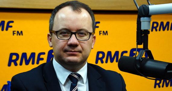 """Ustawa o policji to """"zainfekowanie polskiego internetu koniem trojańskim totalnej inwigilacji""""? """"Mógłbym się zgodzić z takim poglądem"""" – mówi gość Kontrwywiadu RMF FM, Rzecznik Praw Obywatelskich Adam Bodnar. Jego zdaniem """"sytuacja, w której ktokolwiek z władzy może zapoznawać się z tym, co robimy w internecie, powoduje zagrożenie prawa do prywatności"""". """"Jeżeli pan ma jakieś rzeczy, które budzą intymne zainteresowanie, to czy chciałby pan przeczytać o sobie w prasie, że pan takie rzeczy lubi, bo jakaś prasa od policji wydobędzie takie dane? Jakieś służby będą mogły szantażować pana tym, że wiedzą, jakie ma pan zainteresowania internetowe"""" – komentuje gość RMF FM. Kontrola policji będzie podlegała kontroli sądowej? """"Jeśli służby obecnie pozyskują 2 mln danych z billingów, to jeśli taką samą ilość danych pozyskiwano by z danych internetowych, to w jaki sposób sąd raz na pół roku, dostając sprawozdanie, jest w stanie dokonać rzetelnej kontroli?"""" – odpowiada Bodnar."""