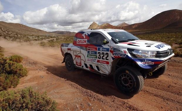 Marek Dąbrowski i Jacek Czachor nie zaliczą czwartego odcinka Rajdu Dakar do najbardziej udanych. Awaria skrzyni biegów w Toyocie Hillux zatrzymała rajdowców na blisko siedem godzin. Usterkę udało się jednak naprawić i kierowcy ukończyli etap.