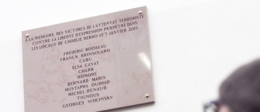 """We Francji rozgorzała polemika wokół obchodów pierwszej rocznicy krwawego ataku islamskich terrorystów na redakcję pisma satyrycznego """"Charlie Hebdo"""". Wielu paryżan oskarża władze o to, że nie stanęły na wysokości zadania i nie zorganizowały dzisiaj odpowiednich uroczystości dla uczczenia pamięci ofiar."""
