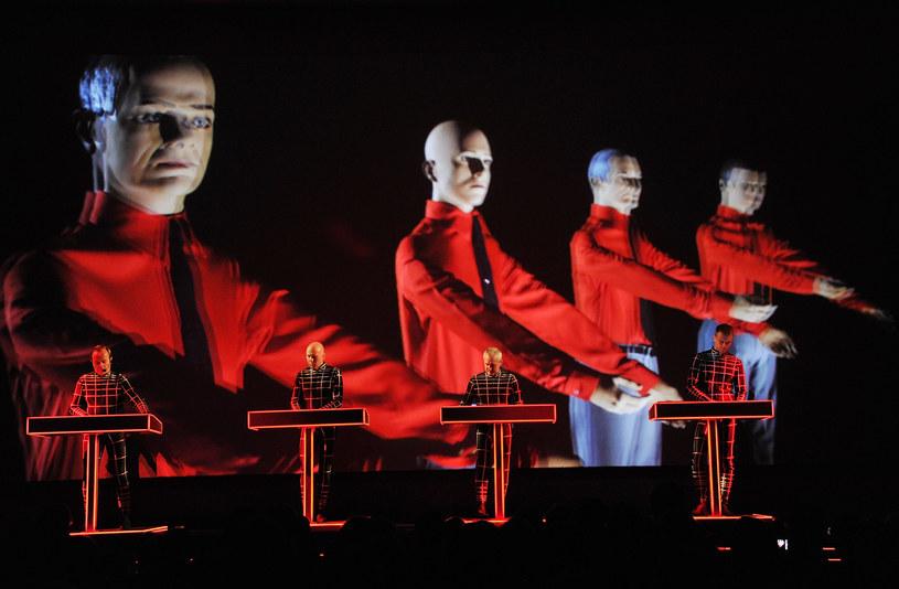 Bilety na krakowski koncert, który odbył się 4 grudnia 2015 roku w ICE Kraków, rozeszły się w zawrotnym tempie i zespół zagrał dla wypełnionej po brzegi sali. Tym razem Kraftwerk ze swym niezwykłym koncertem 3-D wystąpi 29 lipca w Operze Leśnej w Sopocie.