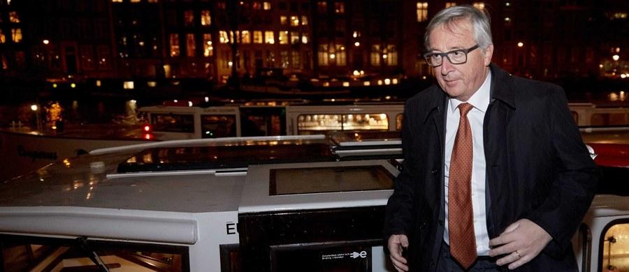 """""""Nie prowadzimy nagonki na Polskę"""" - zapewnił szef Komisji Europejskiej Jean-Claude Juncker, pytany w czasie konferencji prasowej w Amsterdamie o wątpliwości KE co do polskich ustaw o Trybunale Konstytucyjnym i mediach. """"Nie dramatyzujmy za bardzo. To ważny problem, ale musimy mieć przyjacielskie i dobre relacje z polskim rządem. Nasze podejście jest bardzo konstruktywne"""" - zaznaczył po wyjazdowym posiedzeniu KE w Holandii, w związku z objęciem przez ten kraj prezydencji w Unii."""