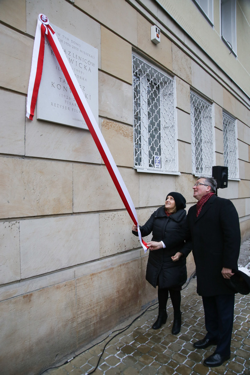 W pierwszą rocznice śmierci Tadeusza Konwickiego, na ścianie budynku, w którym mieszkał przy ul. Górskiego 1 w Warszawie, została odsłonięta tablica pamiątkowa poświęcona reżyserowi i jego żonie Danucie z Leniców Konwickiej. Tablicę odsłonili córka Konwickich Maria oraz były prezydent RP Bronisław Komorowski.