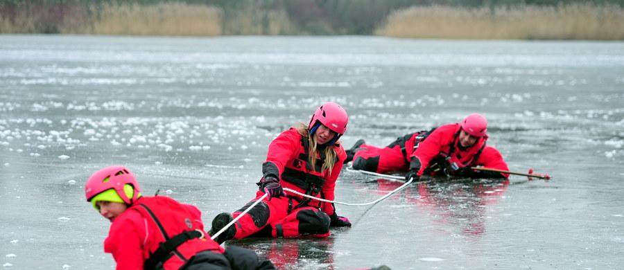 WOPR-owcy na zamarzniętej Odrze w Szczecinie ćwiczyli dziś ratowanie osób, które wpadły pod lód. Jak przekonują, każdy może choć spróbować udzielić pomocy, ale najważniejsze, by samemu nie narazić się na niebezpieczeństwo.
