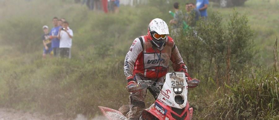 Sebastien Loeb wygrał piąty etap Rajdu Dakar z metą w boliwijskiej Uyuni. To trzecie zwycięstwo francuskiego kierowcy. Były mistrz WRC wyprzedził Hiszpana Carlosa Sainza i rodaka Stephane'a Peterhansela. Najszybszy z Polaków był Jakub Przygoński z 15. wynikiem. Quadowiec Rafał Sonik zmagał się z poważnymi problemami – w jego pojeździe wybuchł silnik.
