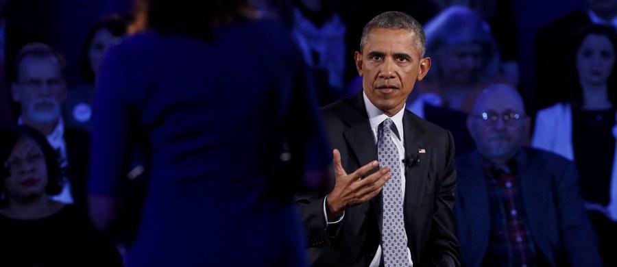 """Prezydent USA Barack Obama kontynuuje wysiłki na rzecz reformy prawa o posiadaniu broni, której celem ma być ograniczenie przemocy z wykorzystaniem broni palnej. W czwartek wystąpił w debacie telewizyjnej z przeciwnikami i zwolennikami reformy i wezwał kandydatów na prezydenta USA, by poparli zaostrzenie kontroli osób kupujących broń. W artykule opublikowanym w dzienniku """"New York Times"""" zapowiedział, że nie zagłosuje na żadnego kandydata - choćby demokratę - który nie popiera reformy prawa o broni. Przekonywał, że 90 procent Amerykanów ją popiera i dlatego """"wybiorą przywódcę, na jakiego zasługują""""."""