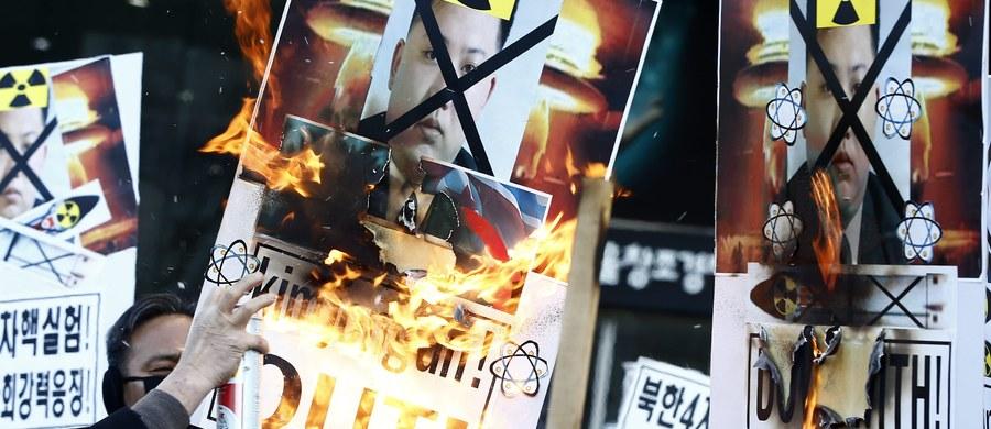Korea Południowa wznowiła nadawanie propagandowych informacji z potężnych głośników na granicy z Koreą Północną w odwecie za przeprowadzenie przez komunistyczny reżim próby z bonią jądrową - poinformowało południowokoreańskie ministerstwo obrony.