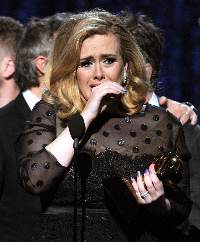 Adele myślała, że Ed Sheeran, z którym umówiła się na obiad, robi sobie z niej żarty. Wszystko przez telefon z klapką, jaki miał ze sobą wokalista.