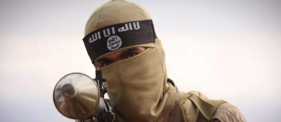 Setki osób obserwowały w syryjskiej Rakce – nieformalnej stolicy Państwa Islamskiego – publiczną egzekucję kobiety oskarżonej o to, że próbowała namówić syna do ucieczki z szeregów ISIS. Kobieta została zabita przez własne dziecko – donoszą dwie niezależne organizacje syryjskie broniące praw człowieka.