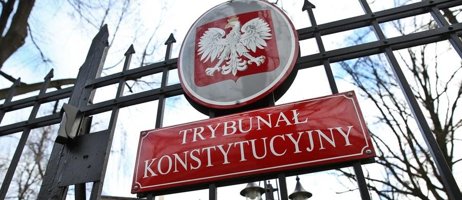 Trybunał Konstytucyjny odwołał zaplanowaną na wtorek, 12 stycznia, rozprawę, na której miał badać 10 uchwał obecnego Sejmu: o unieważnieniu wyboru w październiku 2015 r. przez poprzedni Sejm 5 sędziów TK oraz o powołaniu w grudniu 5 nowych osób w ich miejsce. Zarządzenie prezesa TK o odwołaniu nie zawiera uzasadnienia.