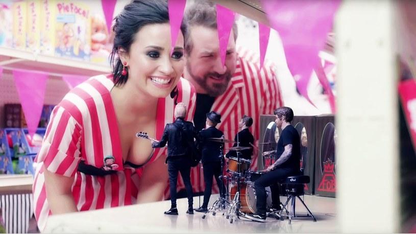 """Fall Out Boy postanowili oddać hołd 'N Sync w bardzo nietypowy sposób. Wraz z Demi Lovato grupa stworzyła teledysk """"Irresistible"""", który nawiązuje do klipu amerykańskiego boysbandu """"It's Gonna Be Me""""."""