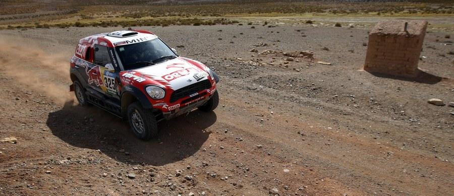 Stephane Peterhansel wygrał szósty etap Rajdu Dakar ze startem i metą w boliwijskiej Uyuni. Francuski kierowca o 17 sekund wyprzedził byłego mistrza WRC Hiszpana Carlosa Sainza. Na 16. pozycji uplasował się Jakub Przygoński, a na 17. Adam Małysz.