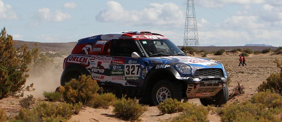 Były mistrz WRC Carlos Sainz wygrał siódmy, deszczowy etap Rajdu Dakar z boliwijskiej Uyuni do Salty w Argentynie. Hiszpański kierowca o 38 s wyprzedził utytułowanego Francuza Sebastiena Loeba. Świetnie spisali się Marek Dąbrowski i Jacek Czachor. Poważne problemy z samochodem miał natomiast Adam Małysz.