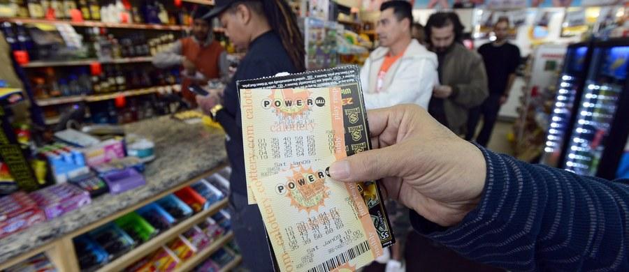 Stany Zjednoczone opanowała loteryjna gorączka. Kumulacja w loterii Powerball osiągnęła zawrotną sumę 1 miliarda 300 milionów dolarów! To absolutny rekord w historii USA. Losowanie - w najbliższą środę.