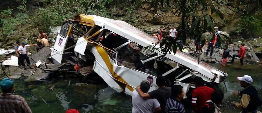 Co najmniej 20 osób zginęło, a 25 zostało rannych w wypadku autokaru w meksykańskim stanie Veracruz. Pojazd wiozący amatorską drużynę piłki nożnej spadł z mostu i stoczył się do głębokiego wąwozu.