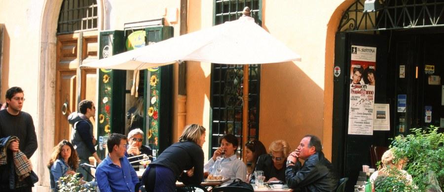 Włosi, po kilku latach zaciskania pasa i wyrzeczeń z powodu recesji i poważnych kłopotów z domowym budżetem, powracają do tradycyjnego stylu życia. Przede wszystkim do diety śródziemnomorskiej i częstych podróży samochodem - wynika z badań rynku i sondaży.