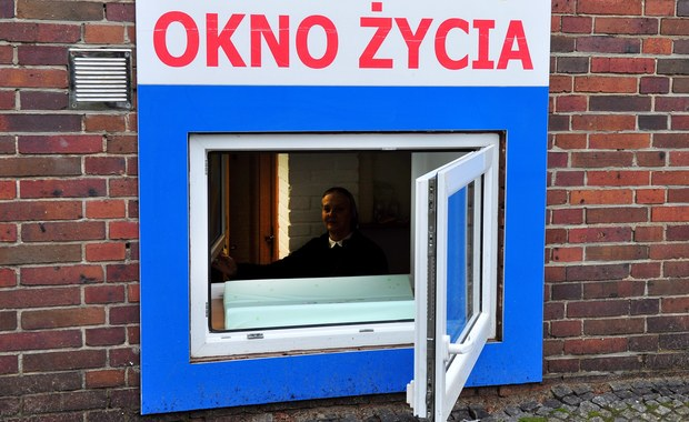 """1,5-roczne dziecko zostawione w """"oknie życia"""" we Wrocławiu. Maluch trafił już do placówki opiekuńczej – informuje reporter RMF FM Bartłomiej Paulus. Decyzję o przyszłości dziecka podejmie sąd."""