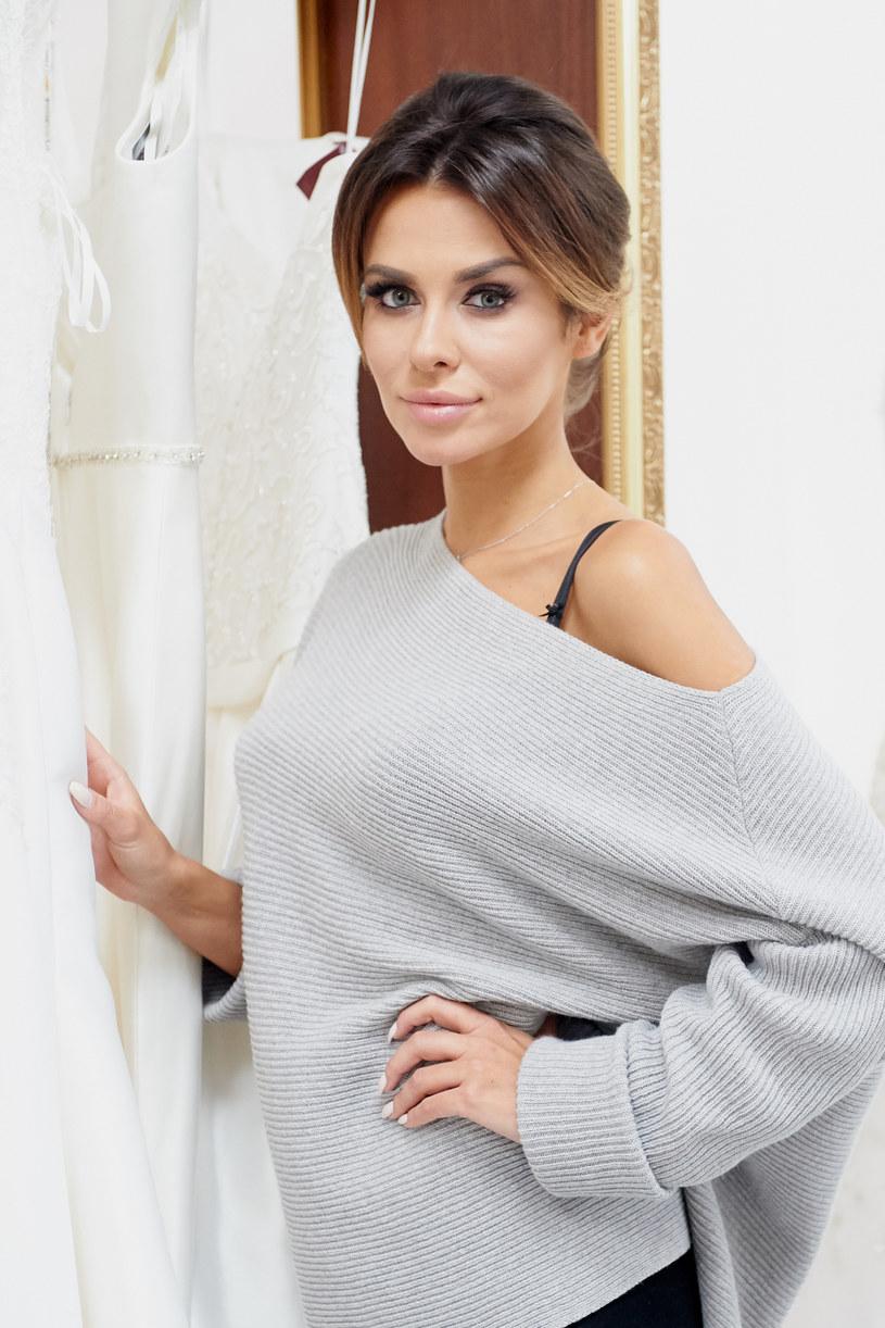 """Nieważne czy przyszła panna młoda szuka sukni prostej i klasycznej czy nietypowej i z pazurem. Nie ma znaczenia czy jest na czasie z aktualnie panującymi trendami w modzie ślubnej, czy też ma ograniczenia w postaci budżetu, jaki może przeznaczyć na idealną kreację. W tym """"Salonie"""" spełniają się marzenia każdej przyszłej panny młodej! Specjaliści od stylu ze Stefano Terrazzino - dyplomowanym krawcem - na czele, wybierają dla kobiet suknie, które przemieniają je w prawdziwe księżniczki. Łzy wzruszenia u panien młodych i zachwyt na twarzach ich bliskich to najlepszy dowód na to, że jesteśmy świadkami magicznej metamorfozy. """"Salon Sukien Ślubnych: Polska"""" na nowo otwiera swoje podwoje. Premierowe odcinki programu już od piątku, 12 lutego w TLC."""