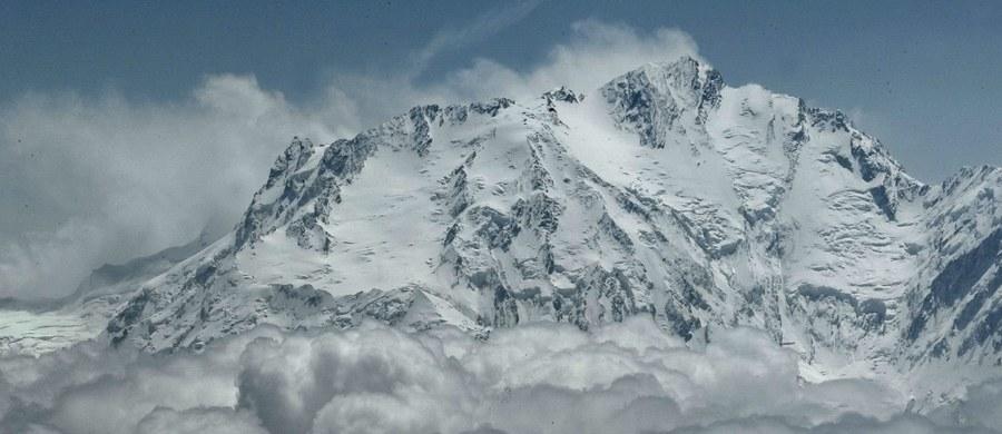 """Pięć wypraw walczy od końca grudnia o pierwsze zimowe wejście na Nanga Parbat (8126 m n.p.m.) w Himalajach. Dwie tworzą Polacy, a w międzynarodowej ekipie jest także Tomasz Mackiewicz. Jedyna wyprawa na flance Rupal - po południowej stronie góry - to tworzony obecnie przez siedmiu Polaków zespół """"Nanga Dream"""". """"Jesteśmy na wysokości 6000 m n.p.m. Nie obijamy się! Wykorzystujemy każdą możliwą szansę i przemy do przodu"""" - mówi w rozmowie z Michałem Rodakiem kierujący wyprawą Marek Klonowski, z którym połączyliśmy się przez telefon satelitarny."""