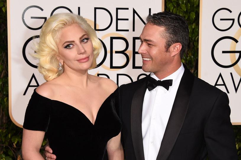 """Lady Gaga i jej narzeczony Taylor Kinney postanowili pokazać się nago na okładce nowego numeru magazynu """"V"""". Jak przekonuje para, zrobili to z wyższych pobudek."""