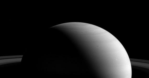 NASA publikuje kolejne zdjęcie Saturna i... przypomina nam, jak wielka to planeta. Na obrazie przesłanym na Ziemię przez sondę Cassini widać dla porównania jeden z księżyców Saturna, Tetydę, która mimo swej, przekraczającej 1000 kilometrów średnicy wydaje się przy drugiej planecie Układu Słonecznego ledwie kropką.
