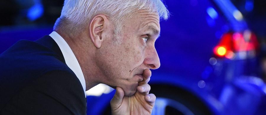 """Przebywający z wizytą w Stanach Zjednoczonych prezes Volkswagena Matthias Mueller przeprosił Amerykanów za dokonywane przez jego koncern manipulacje pomiarami emisji spalin. """"Wiemy, że bardzo rozczarowaliśmy tutaj w USA naszych klientów, kompetentne władze państwowe i opinię publiczną"""" - powiedział Mueller w Detroit przed rozpoczynającymi się tam targami samochodowymi."""