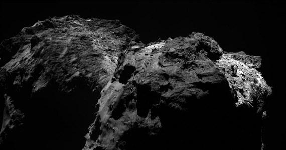 """Naukowcy Europejskiej Agencji kosmicznej (ESA) nie mają już nadziei. Jak informuje na swej stronie internetowej czasopismo """"New Scientist"""" najnowsza próba komunikacji z lądownikiem Philae, spoczywającym od listopada 2014 roku na powierzchni jądra komety 67P/Churiumov-Gerasimenko, zakończyła się niepowodzeniem. Philae nie odpowiedział. I już nie odpowie."""