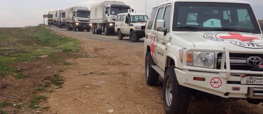Pracownicy ONZ zajmujący się dostarczeniem pomocy dla odciętych od świata trzech miast w Syrii potwierdzają, że konwoje z międzynarodową pomocą żywnościową i medyczną dotarły na miejsce. Mówią o licznych przypadkach wygłodzenia, w tym o 40 zgonach.