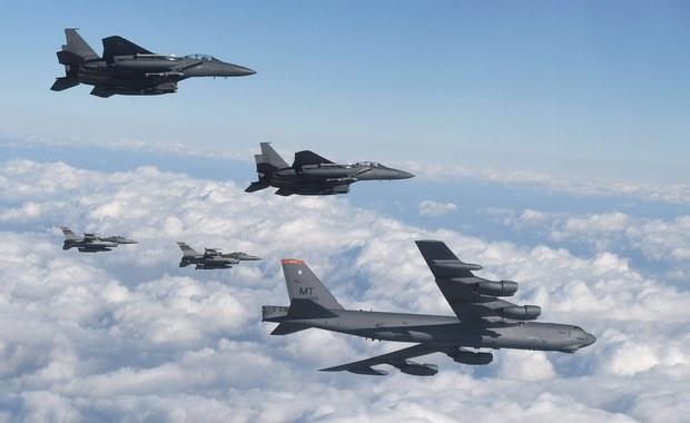 """Stany Zjednoczone i Korea Południowa rozmawiają o rozmieszczeniu w regionie dalszych amerykańskich """"strategicznych zasobów"""" - poinformował w poniedziałek przedstawiciel władz USA. Chodzi m.in. o strategiczne bombowce dalekiego zasięgu, a nie broń jądrową. Ma to być odpowiedź na zeszłotygodniowy test broni nuklearnej, przeprowadzony przez komunistyczny reżim Korei Północnej."""