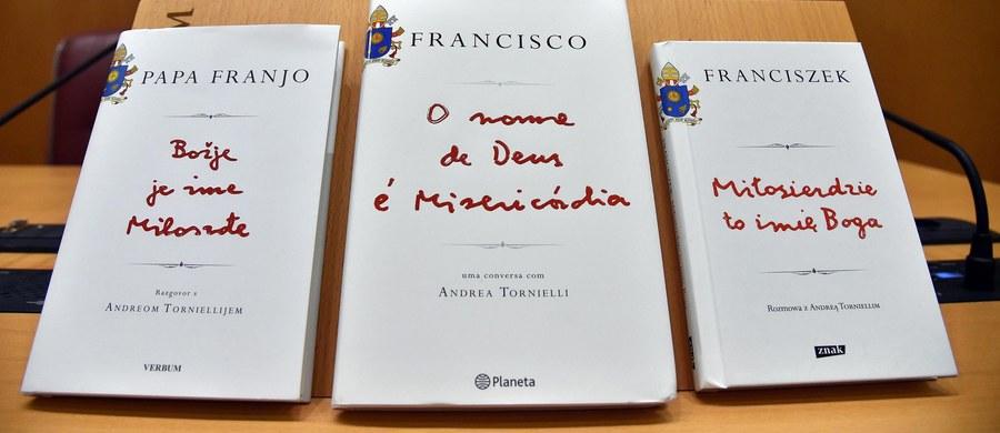 """W Watykanie odbyła się światowa premiera książki """"Miłosierdzie to imię Boga"""". W bardzo osobistej książce, pierwszej od czasu wyboru na papieża Franciszek mówi, że Kościół jest otwarty dla wszystkich, którzy chcą do niego przyjść, że wystarczy tylko pragnąć Bożego przebaczenia, by móc je otrzymać. """"Papież Franciszek jest czuły na najdrobniejsze potrzeby innych ludzi"""" - mówi w RMF FM autor wywiadu rzeki z papieżem słynny watykanista Andrea Tornielli."""