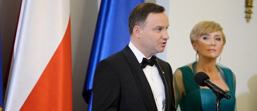"""Polska zawsze będzie stać na gruncie prymatu prawa międzynarodowego - podkreślił podczas spotkania z korpusem dyplomatycznym prezydent Andrzej Duda. Jak dodał, w relacjach między państwami ważna jest też wrażliwość, która pozwala unikać stereotypów i uprzedzeń. """"Chcemy Unii Europejskiej elastycznej, solidarnej i konkurencyjnej gospodarczo, która sprzyja indywidualnemu rozwojowi krajów członkowskich. Chcemy Unii, która w równym stopniu respektuje wolę wszystkich swoich członków; chcemy więc Unii wolnych narodów i równych państw"""" - oświadczył prezydent."""