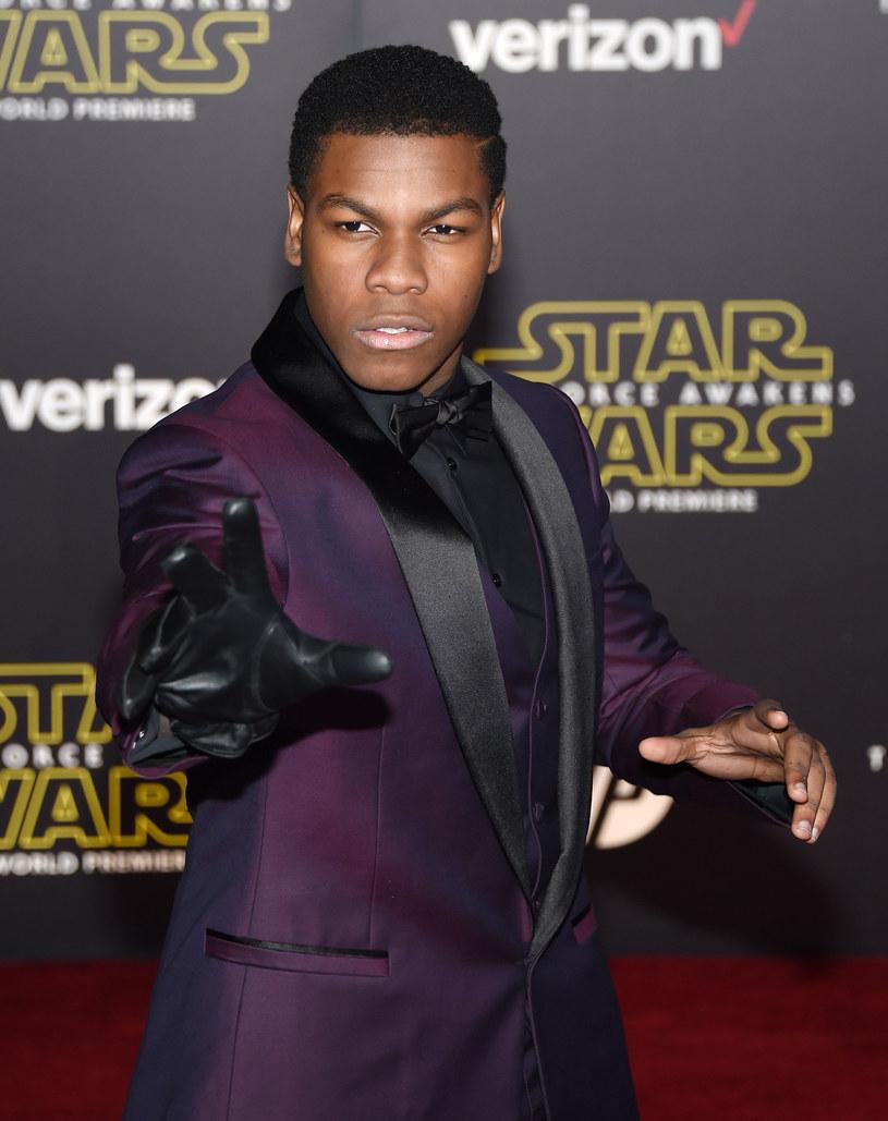 """John Boyega, odtwórca roli Finna w filmie """"Gwiezdne wojny: Przebudzenie Mocy"""" w jednym z niedawnych wywiadów powiedział, że nadchodząca, ósma część sagi będzie """"o wiele mroczniejsza"""" niż poprzednia."""