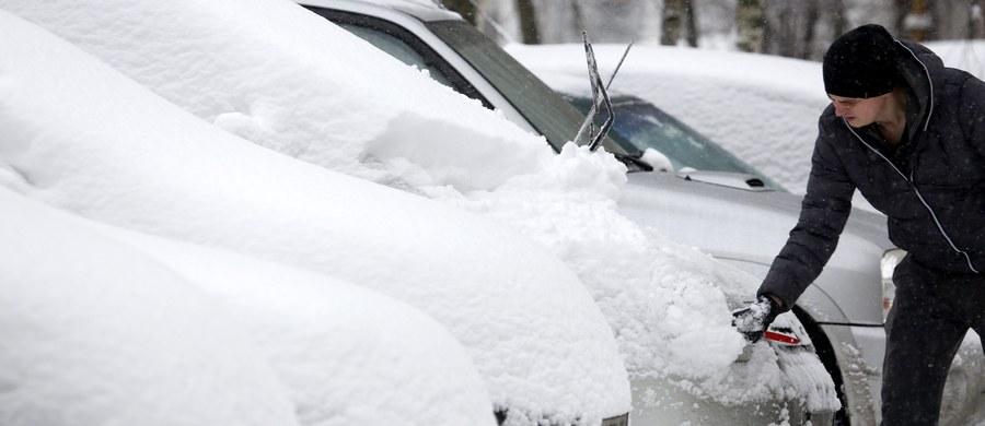 Do Polski wróciła typowo zimowa aura. W wielu regionach po nocnych opadach śniegu zrobiło się biało. Wkrótce nadciągną też mrozy. Już w weekend temperatura spadnie w ciągu dnia nawet do minus 6 stopni Celsjusza. Tak zimno ma być w niedzielę w Białymstoku oraz w Lublinie. W nocy odczujemy jeszcze mocniejsze uderzenie chłodu. Temperatura spadnie miejscami nawet do minus 11-13 st. Celsjusza. Synoptycy ostrzegają też przed silnym wiatrem powodującym lokalnie zawieje i zamiecie śnieżne.