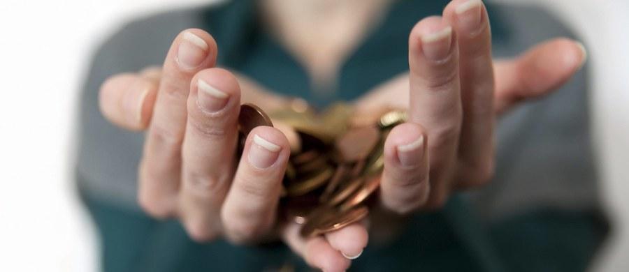 """Raty kredytów frankowych będą niższe nawet o kilkaset złotych. Tak wynika z założeń nowej ustawy o pomocy frankowym kredytobiorcom, przedstawianych przez Kancelarię Prezydenta. Projekt zakłada przeliczenie walutowego kredytu hipotecznego na złote po """"sprawiedliwym"""" kursie. """"Kurs """"sprawiedliwy"""" ma być indywidualnie wyliczany dla każdego kredytobiorcy."""