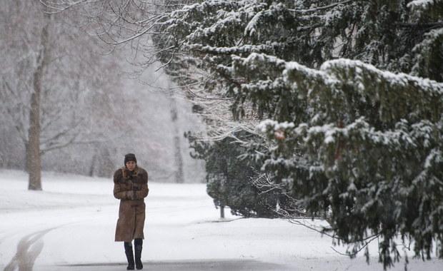 Meteorolodzy ostrzegają przed dużymi opadami śniegu na wschodzie kraju - głównie na Lubelszczyźnie, Podlasiu i na Mazowszu. Tam może spaść kilkanaście centymetrów śniegu. Tak ma być do sobotniego poranka.