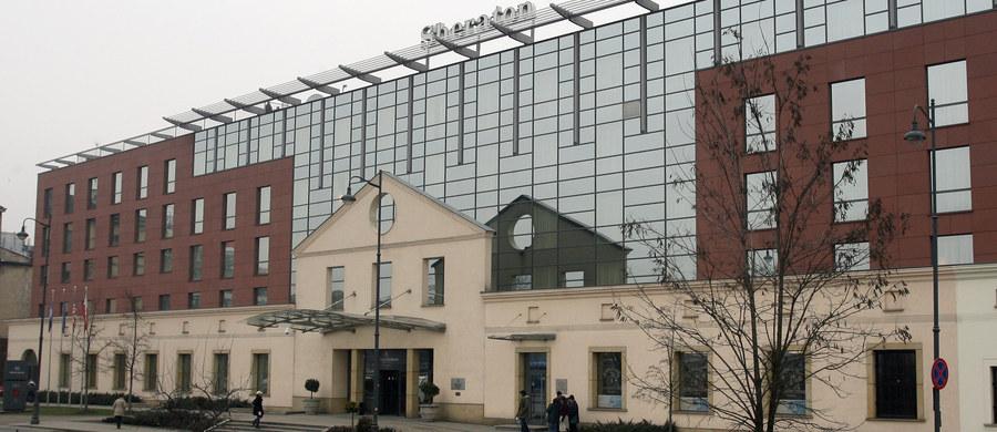 Policja zatrzymała autora fałszywego alarmu bombowego w krakowskim Sheratonie. Mężczyzna wybrał hotel, w którym przebywają działacze federacji sportowych Euro 2016 w piłce ręcznej. 30-latek wpadł w ręce policji w Warszawie - dowiedział się reporter RMF FM Romuald Kłosowski.
